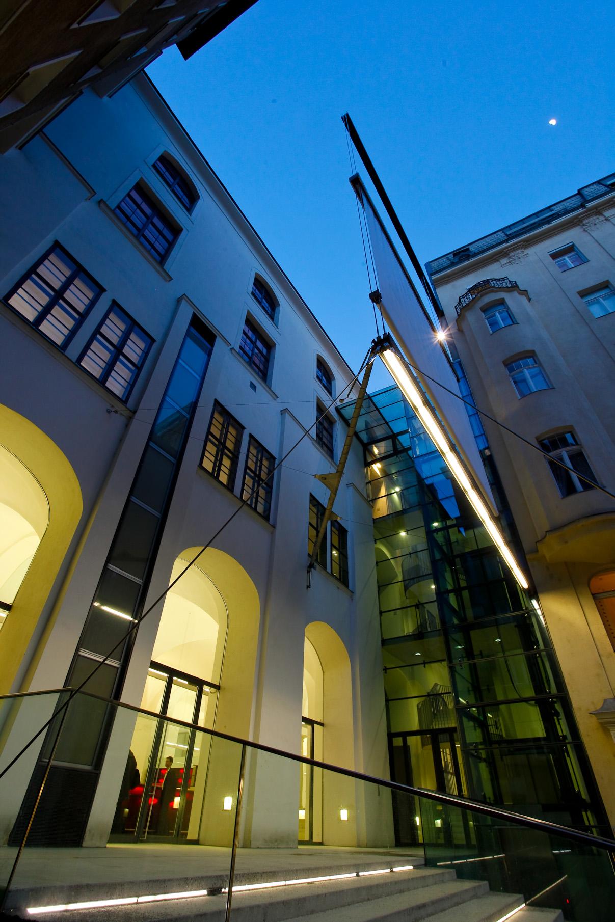 Keine andere Location in Wien bietet diesen Mix aus stilvollen, historischen Räumen und großangelegten Glasflächen. Modernster Technik und einer einzigartig, zentralen Lage in 1010 Wien